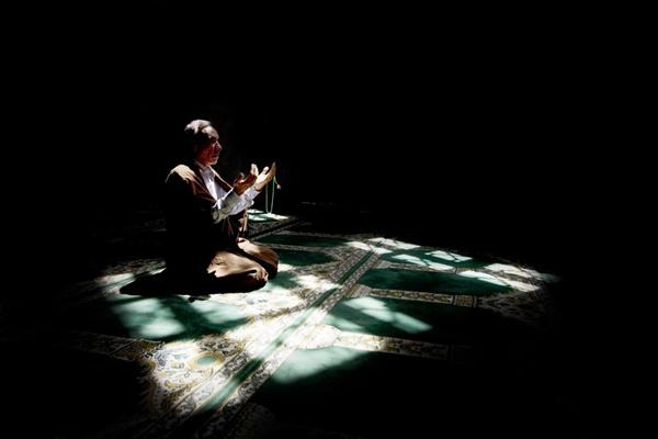 İnsan zöhr namazını qılmadan səhvən əsr namazını qılmışsa, ardınca zöhr namazını qılmaq kifayət edərmi?