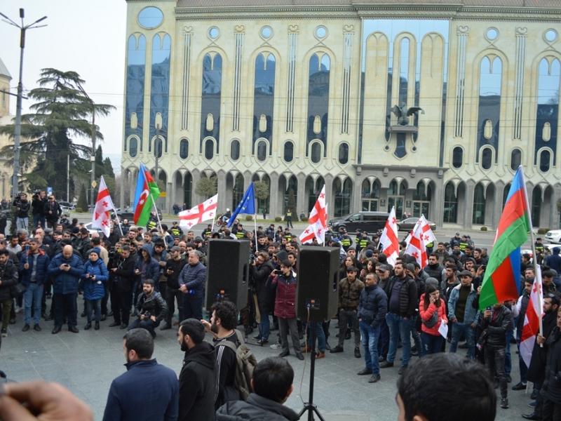 Parlament qarşısında Mixal Avaqiyanın büstünün götürülməsi tələb olundu - Aksiya (FOTO)